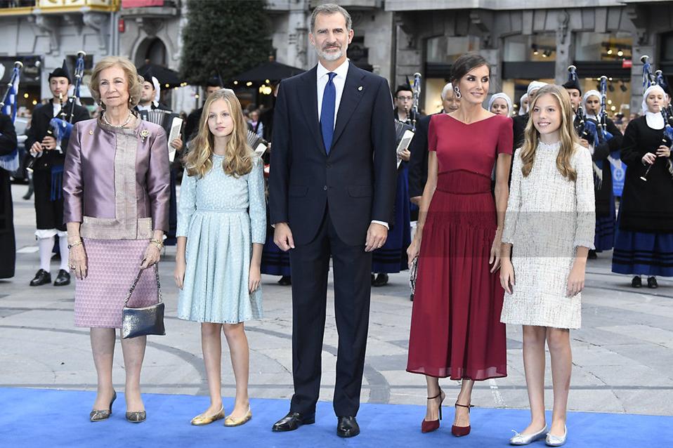 西班牙王室盛装亮相,国王英气王后优雅,两公主美若天仙惊艳众人