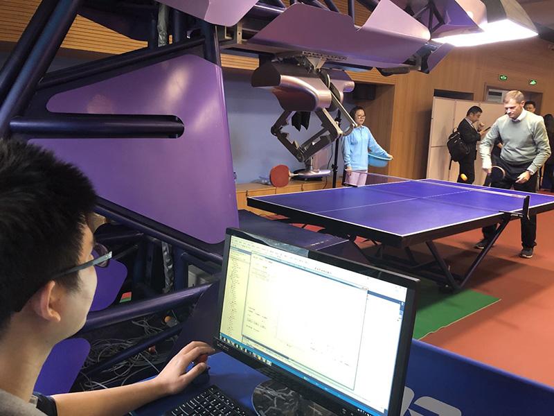 上海市长咨询会明召开,国际高参们会前跟AI陪练切磋乒乓球