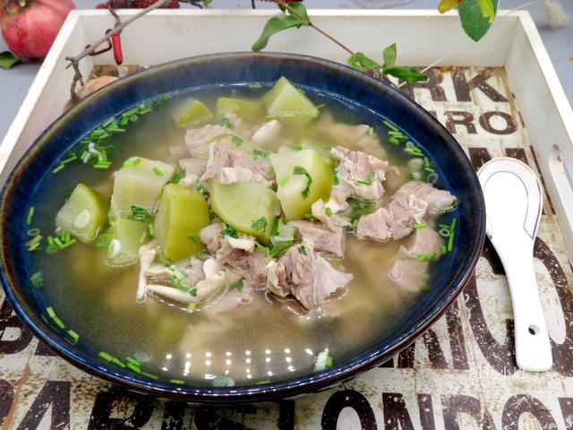 炖牛肉汤时,直接下锅还是焯水?都不对!教你正确做法,汤鲜肉嫩
