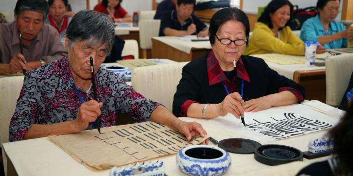 要北京户口、要排一夜的队……老年大学有多难