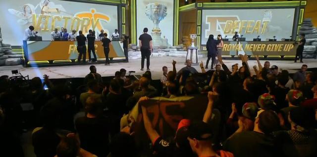 FNC大胜RNG晋级S9八强,欧成赛后掩面痛哭,终于击败Uzi了