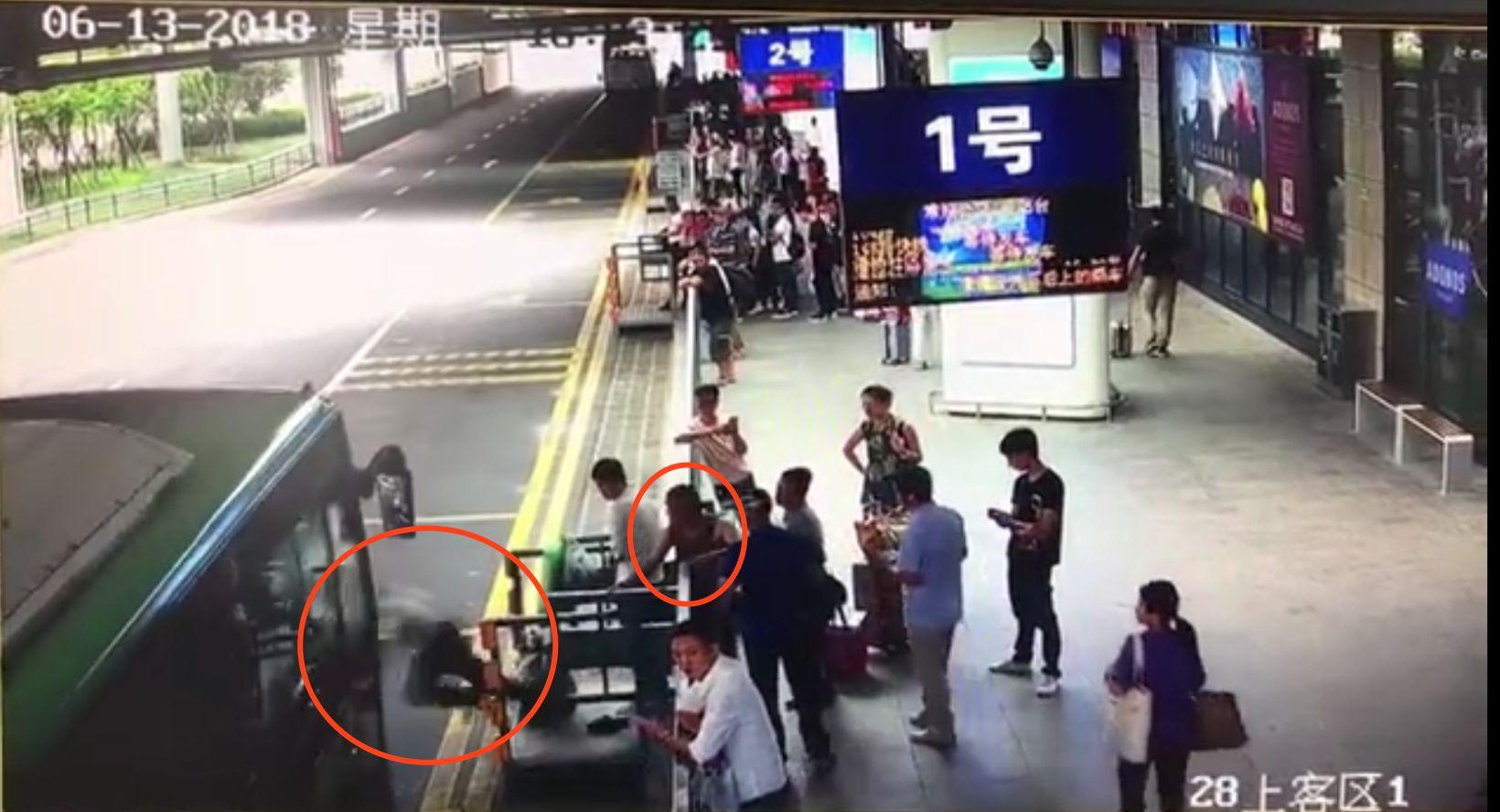 公交进站瞬间将老人踹下站台温州一精神分裂男子获刑