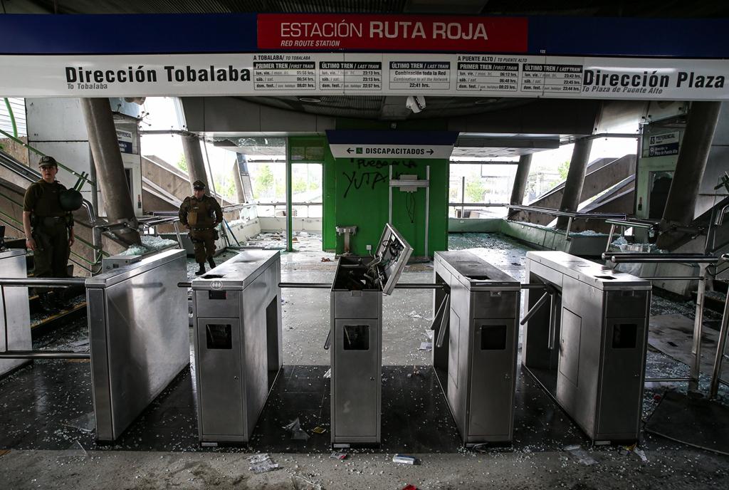 智利首都暴力冲突持续示威者破坏地铁等公共设施