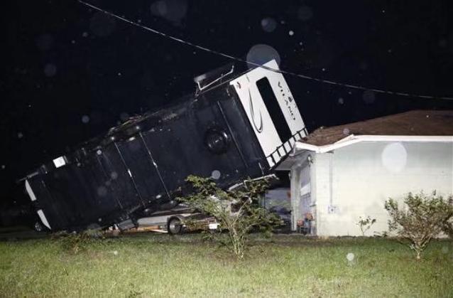 美国佛罗里达州遭龙卷风袭击近万户家庭停电