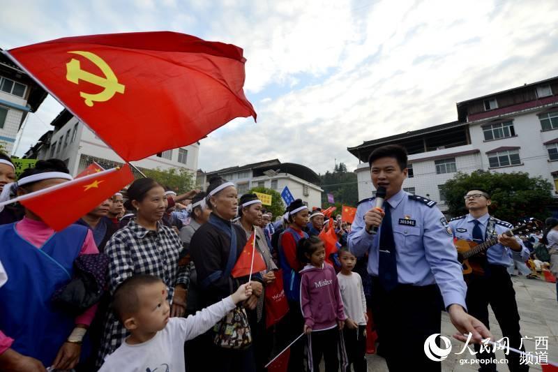 广西三江:高唱红歌颂党恩齐心协力促脱贫