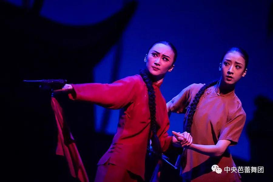 中央芭蕾舞团《美女娘子军》长沙v美女一票难求,一波精彩剧照分享给你身田ゆ泳池性感篠照う红色湿图片