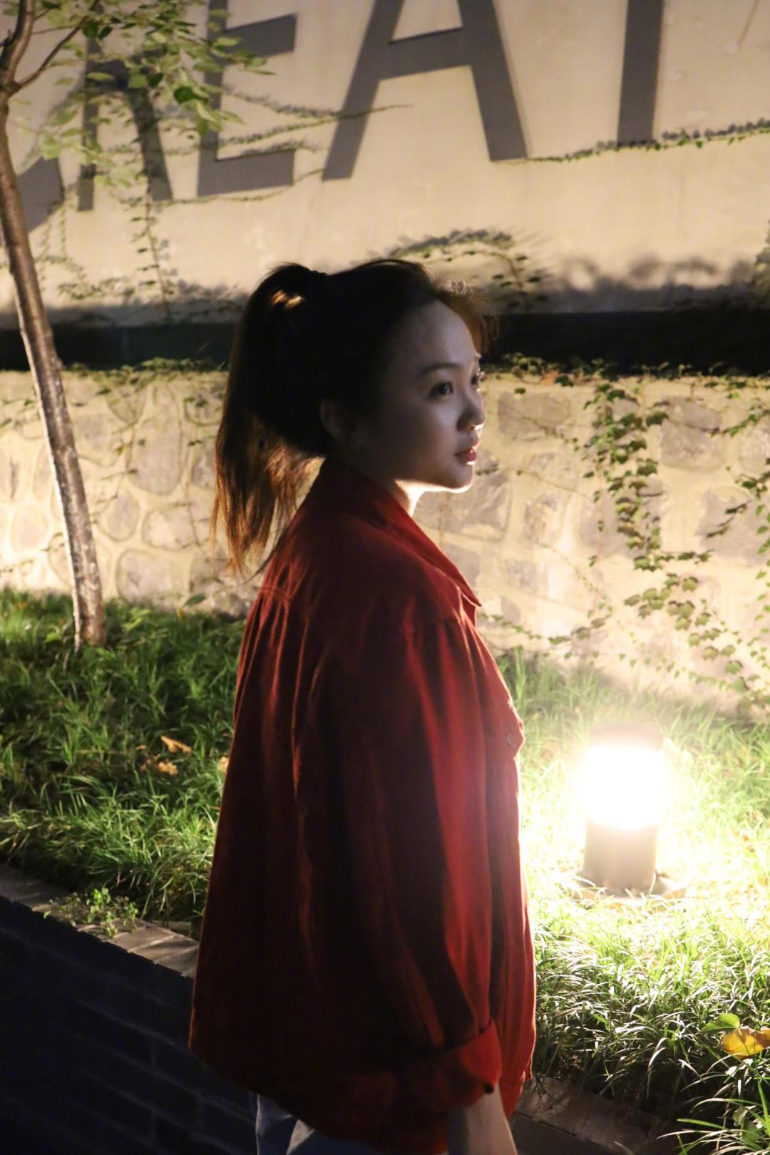 20歲林妙可低調曬照,穿紅色外套氣質甜美,瘦下來側顏美出新高度