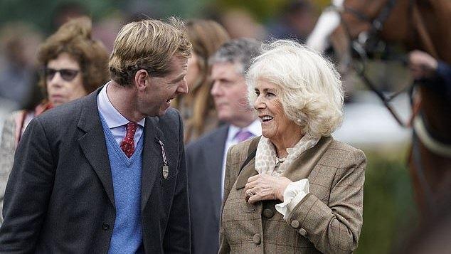 72岁卡米拉越来越俏!棕色大衣英伦范十足,自信笑容减龄10岁不止