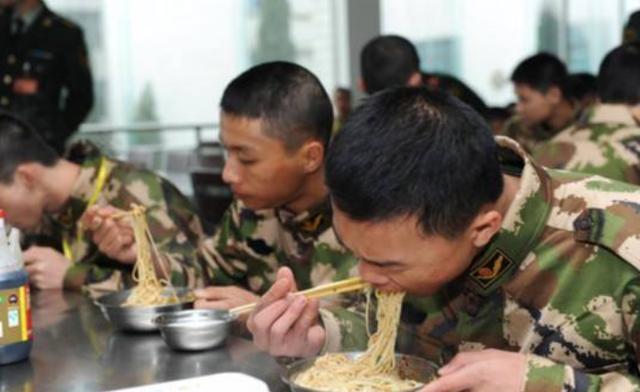 为什么新兵入伍第一顿一定要吃面条?其中有何含义?听听老兵回答_军队