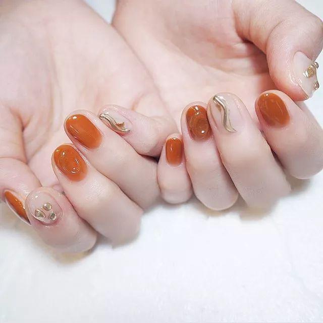 秋冬最时髦的焦糖色美甲