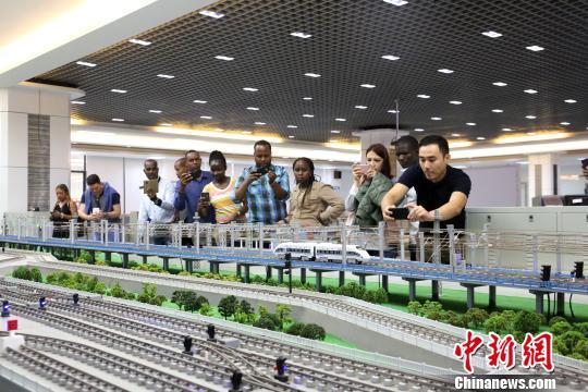 """多国官员中国高铁课堂""""取经""""盼将高铁技术带回家"""