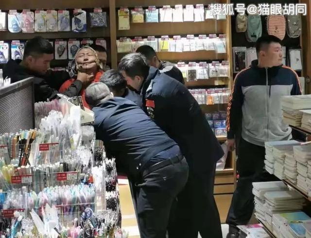 哈尔滨一男子与一对老夫妇发生争执,男子随即拿出刀砍伤老夫妇又划伤辅警!