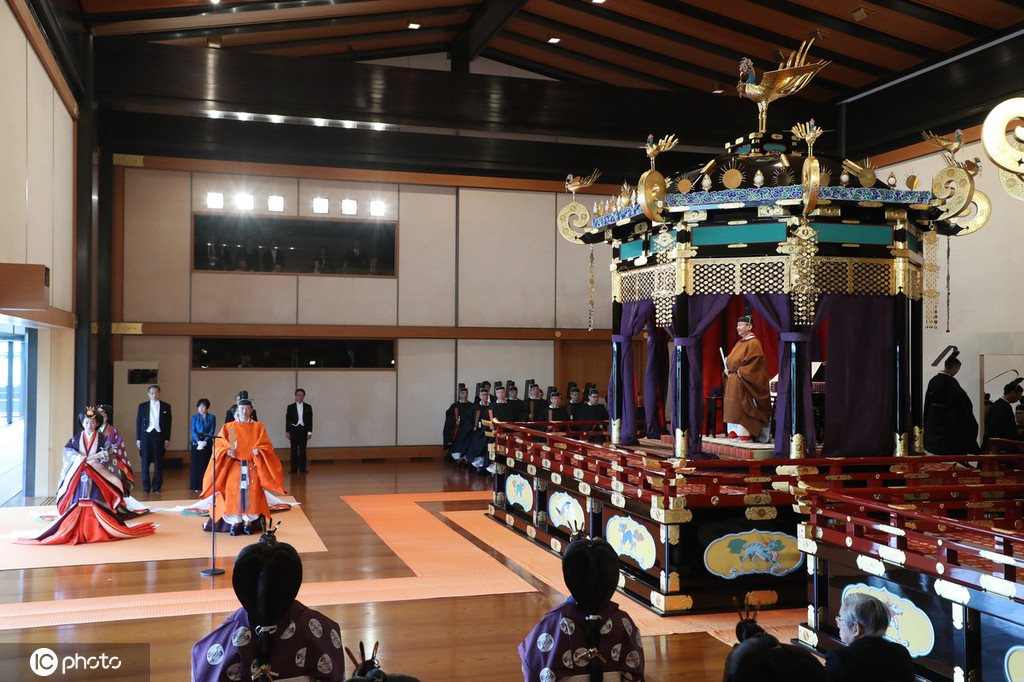 日本德仁天皇正式宣布即位首相安倍晋三带头三呼万岁