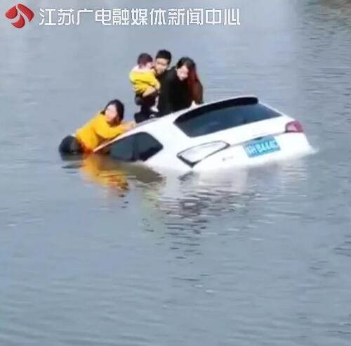 眼看汽车就要沉没 岸边扑通扑通跳下一群人