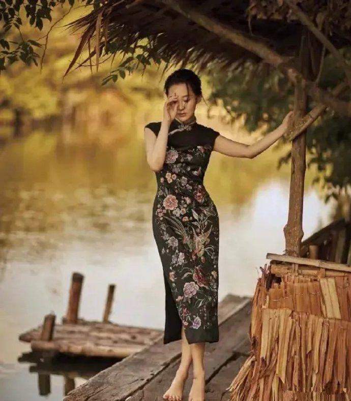 """许晴越老越""""妖""""!刺绣纱裙配拖地长裤,不仅不丑还美出了新高度"""