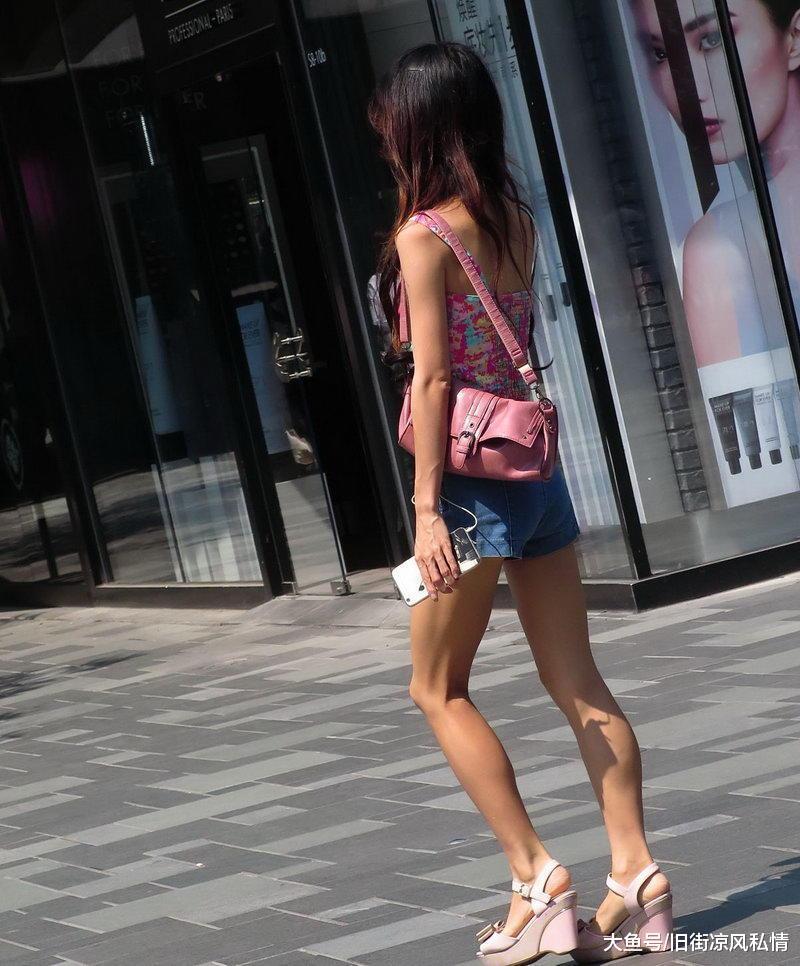 <b>街拍,粉红色上衣美女逛街被拍,网友:要是能娶回家做老婆就好了</b>