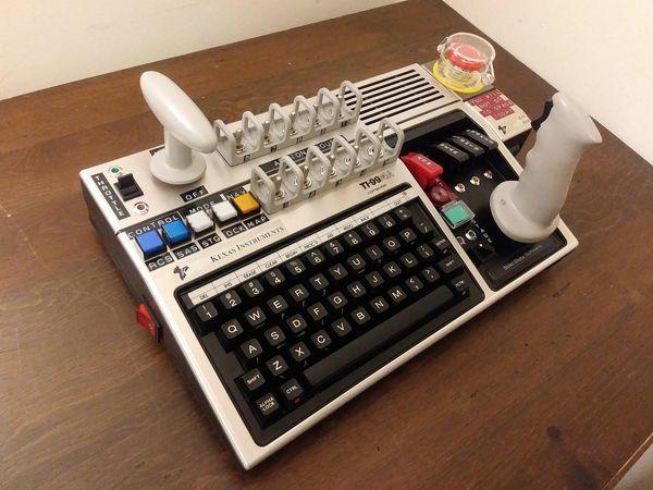 国外硬核玩家将40年前电脑改造成了太空游戏控制台