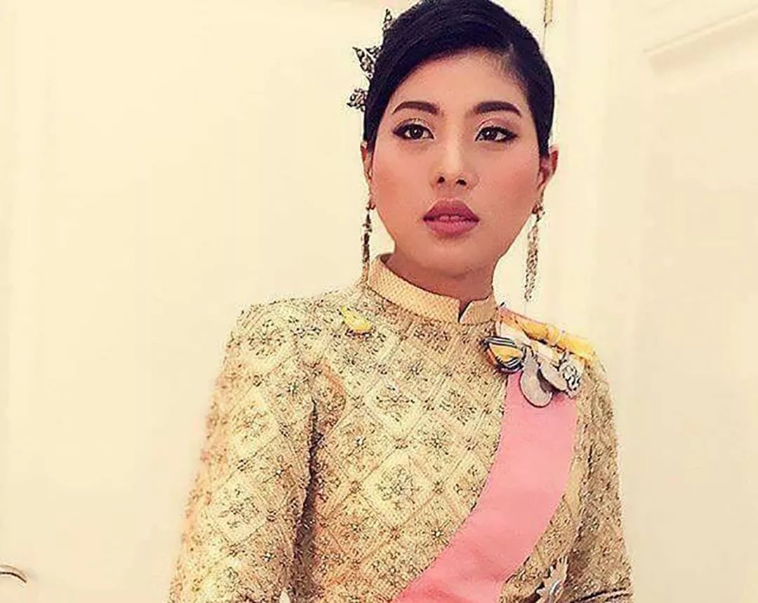 泰国小公主接受采访,中国美女记者长相惊艳,气质不输国王的女儿