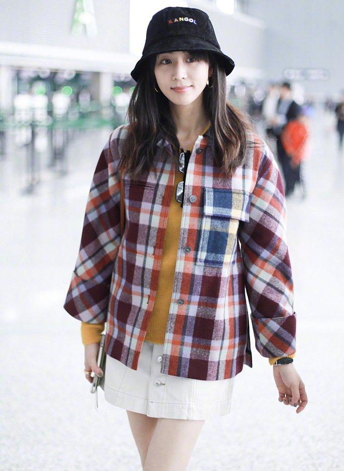 张钧甯淡妆元气十足,格纹外套搭配白色超短裙,知性不失少女感