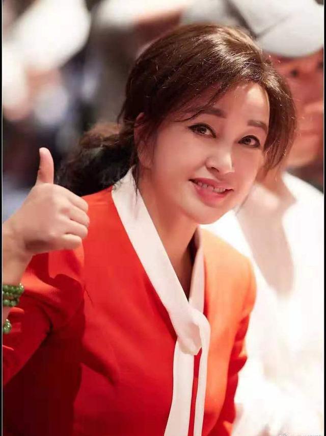 刘晓庆偏要活在美图里,不修图跟村里奶奶差不多,皮松皱纹多!