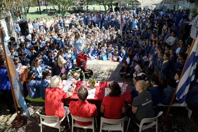 克利伯帆船赛青岛号国际船员与乌拉圭当地中小学生欢快互动