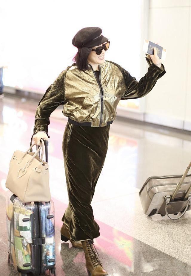 49岁钟丽缇真不服老!竟把裤子塞进袜子里,却硬把土味穿成时尚