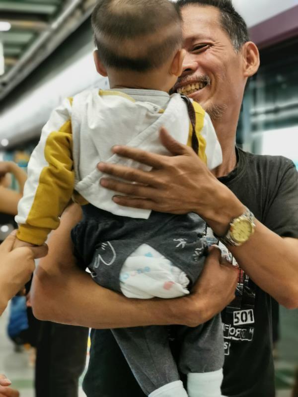 安徽男子广州街头流浪17年,离家时儿子8岁重聚时孙子已8个月_曹国