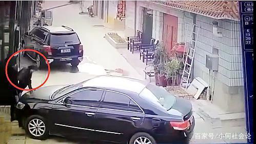 <b>有仇?男子遭车撞倒后又被连砍数刀,司机驾车横冲直撞逃离现场</b>