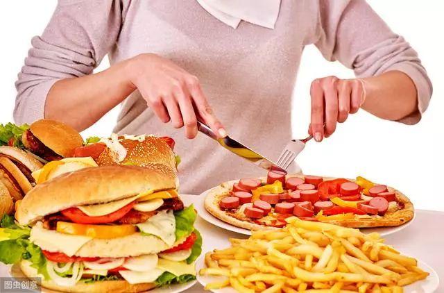 <b>17岁男孩长期吃垃圾食品导致失明!你还会给孩子吃汉堡薯条吗?</b>