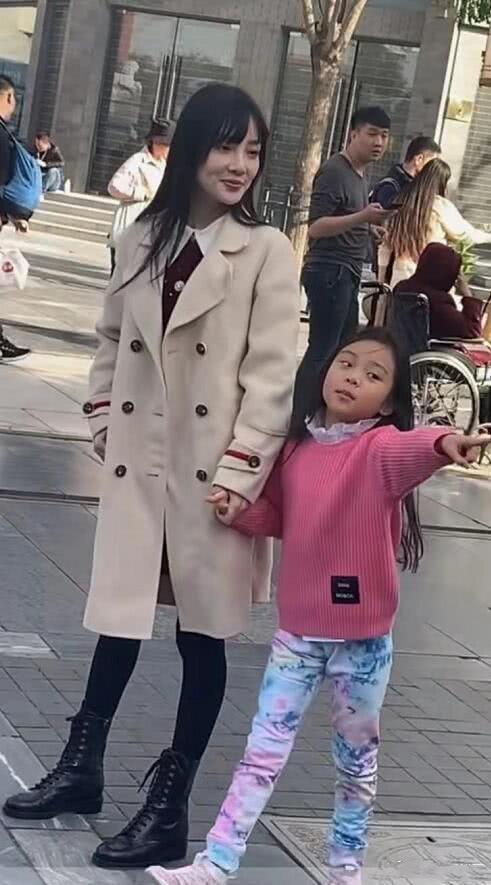 李小璐带甜馨逛街被抓拍,脸凹凸不平认不出,腿比女儿还要细!