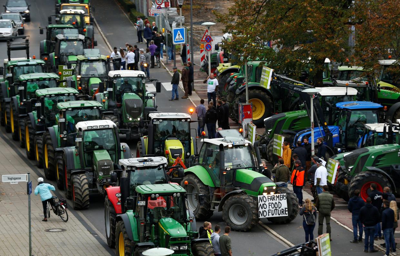 德国农民将拖拉机开进市区,抗议新环境法规
