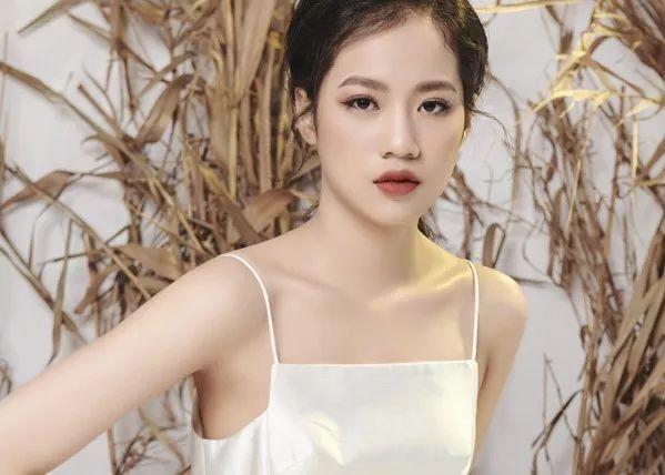 越南独臂女孩,坚持梦想终成模特,年仅14岁颜值身材不输当红明星