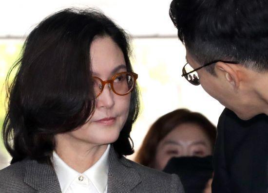 """韩国前法务部长曹国之妻现身法院曾自嘲""""我的照片很值钱"""""""