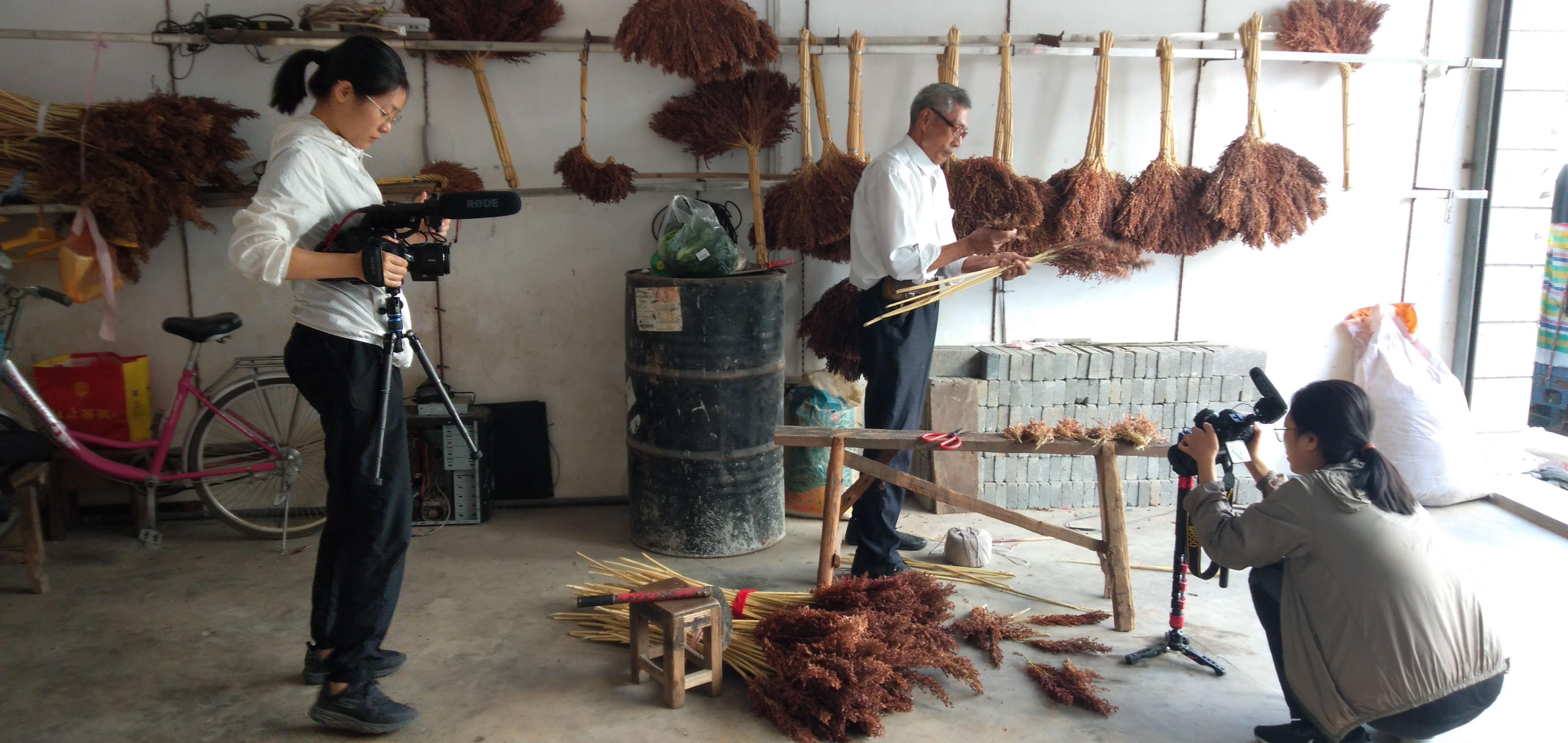 湖口流泗这位老农扎笤帚扎岀名了,北京专程来拍纪录片了