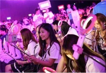 韩国明星跟国内网红一起直播带货,是韩国明星太穷还是网红太强?