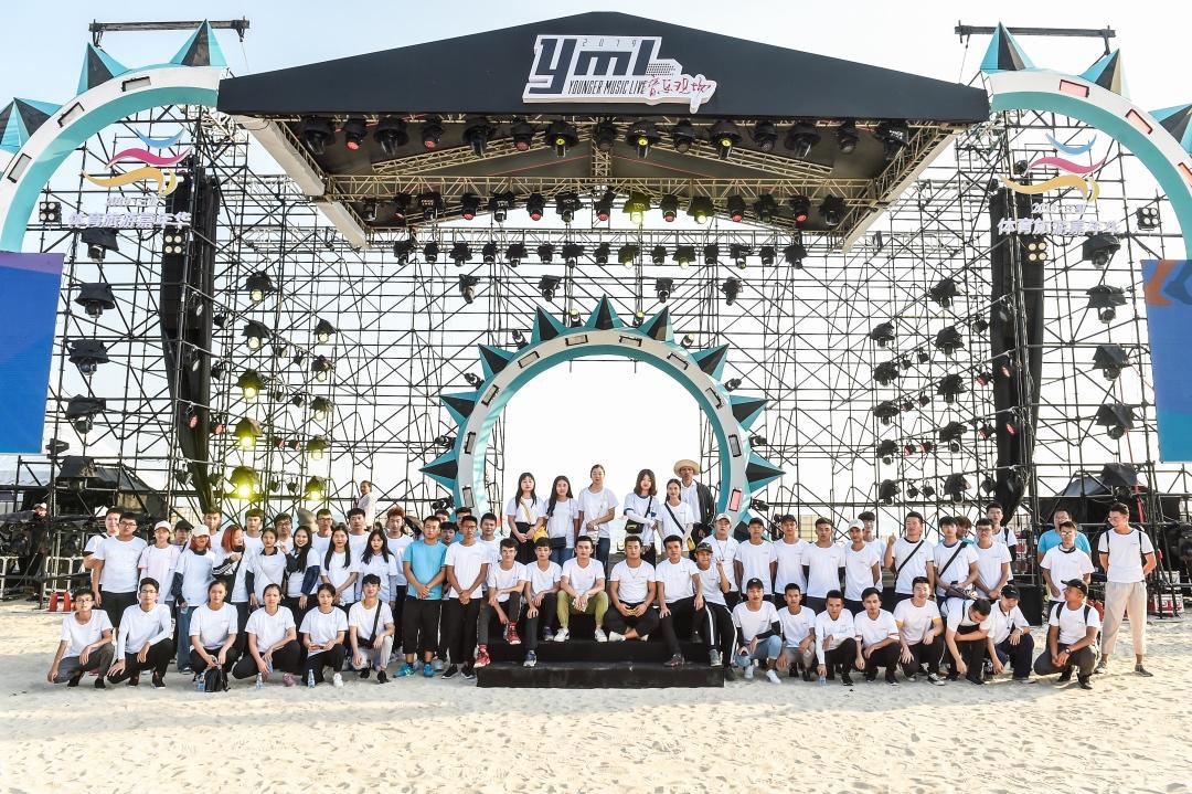 奥运冠军领跑三亚沙滩,整片海滩充满活力与动感,美景与健康同步