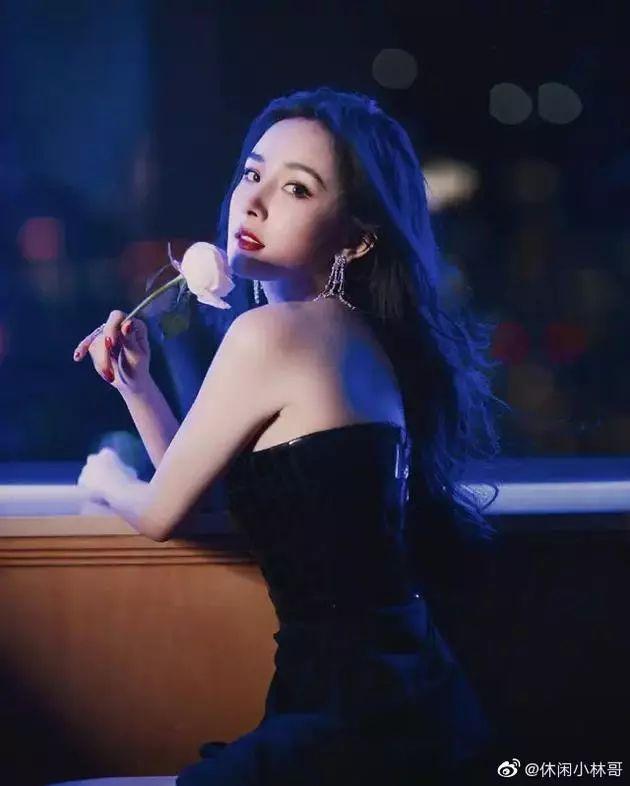 杨幂抹胸长裙配红唇超美艳 网友赞她爸