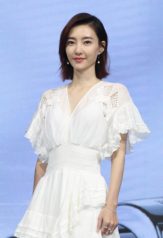 「让你更漂亮」原创王丽坤穿白裙亮相活动,瘦脱相脸有褶子了,双腿膝盖尽是皱纹!