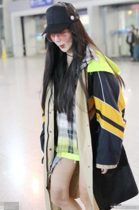 娄艺潇又光腿走机场,演绎反季节时尚,可脸和腿色差太大有点尬!