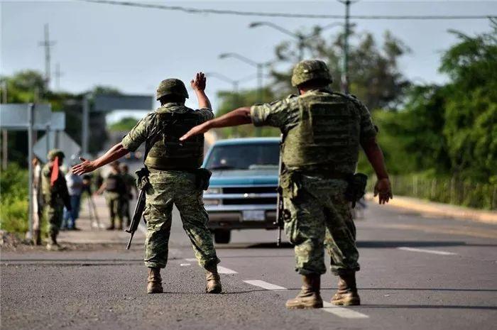 <b>墨西哥再出动200名特种兵,看到毒贩的装备后,又打退堂鼓了</b>