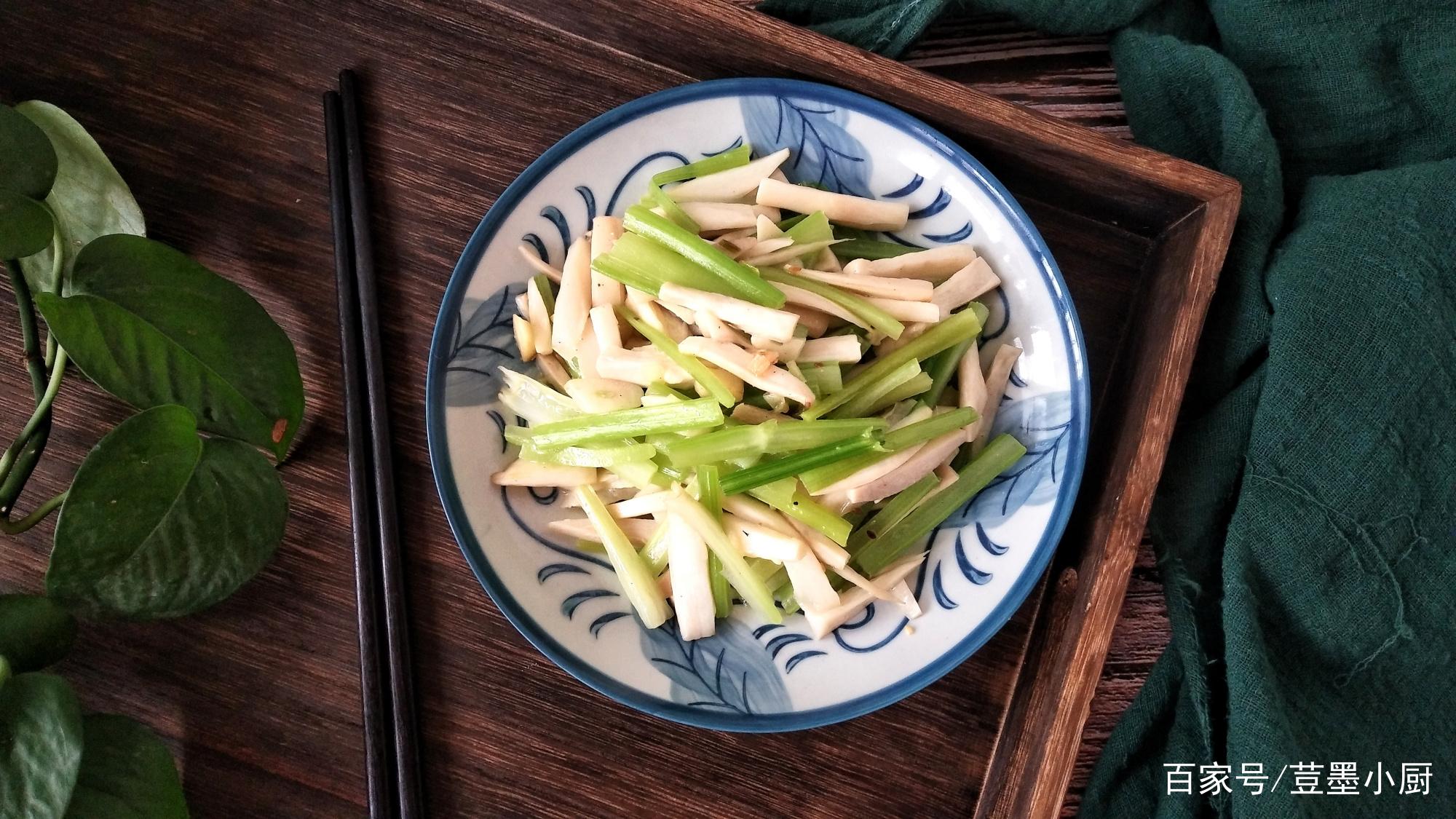 芹菜和它一起炒,营养味美,闺蜜用它代替晚餐,包子脸瘦成瓜子脸