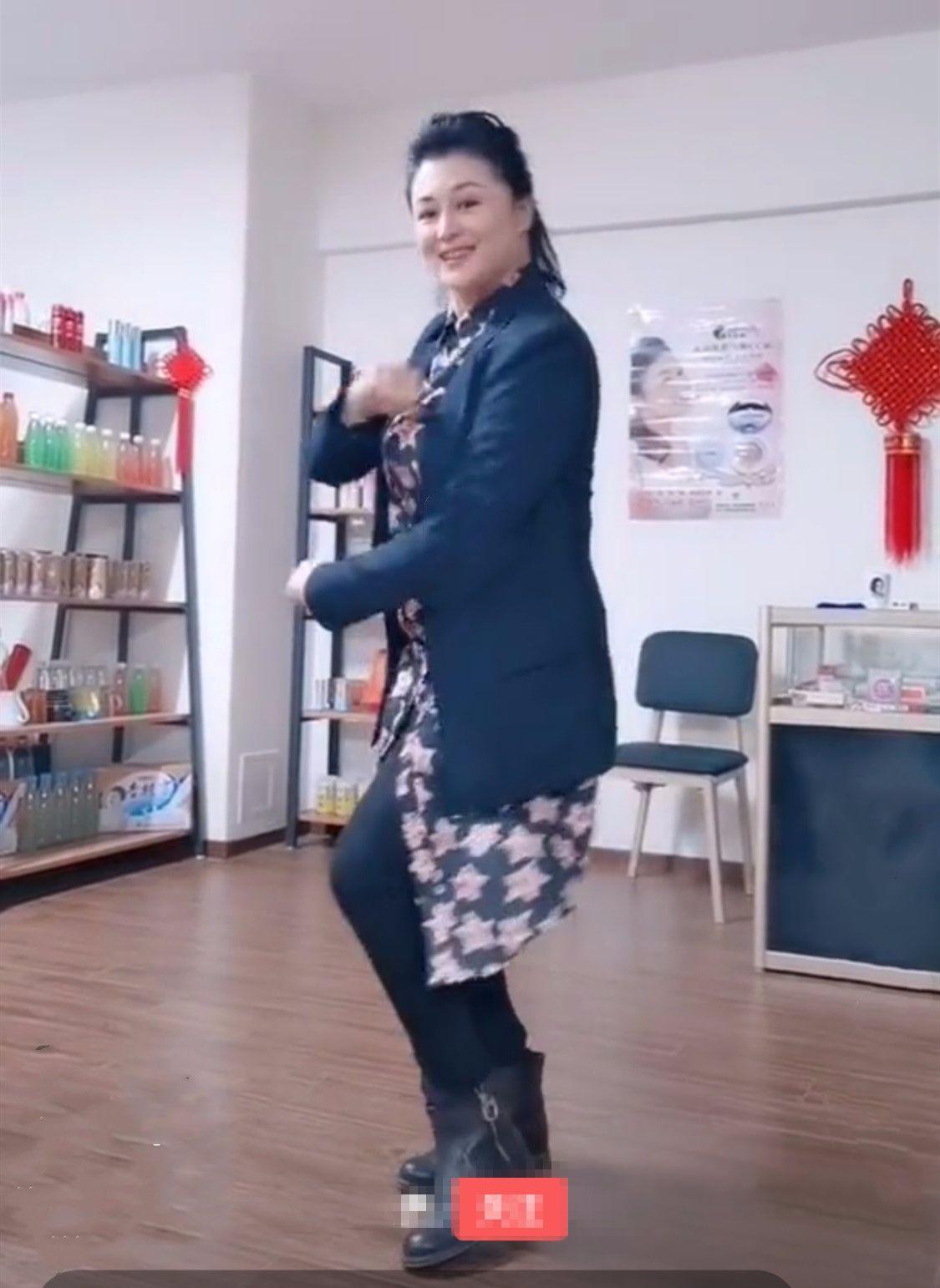 48岁于月仙拍小视频跳舞,活的真实又欢乐,提前过老年生活!