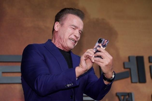 自己玩自己!施瓦辛格本人使用恶搞剧照当手机壳