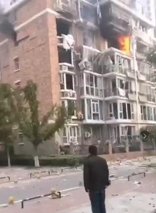 突发!河北一居民楼发生爆燃:整个楼都在震!1人受伤,爆炸原因