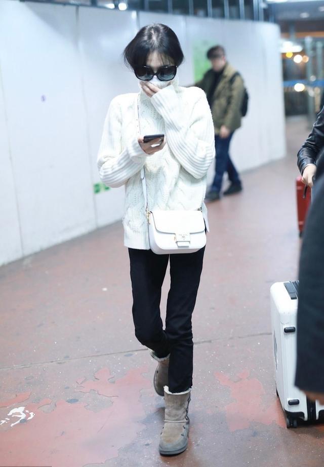 郑爽被曝分手后现身机场,紧身裤雪地靴都装不满,看见镜头狂闪躲