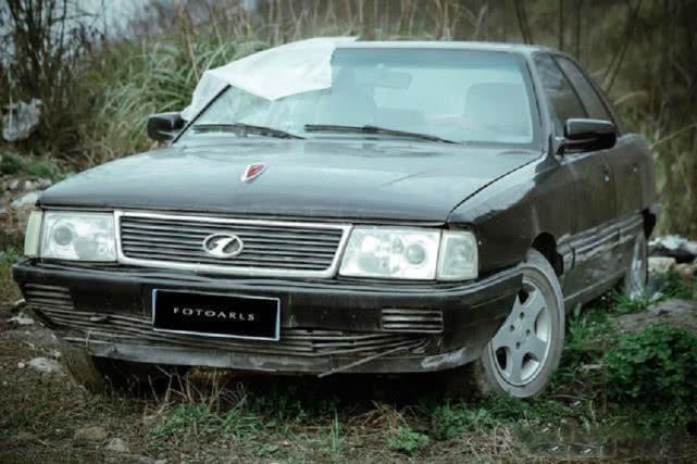原版经典红旗史明轿车,两个B柱中间有车窗,车尾三个字母显示实力!