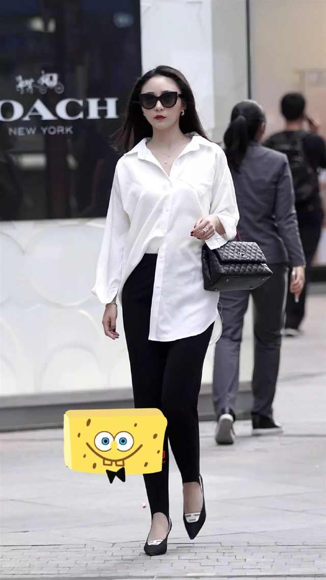 路人街拍:穿着黑白搭的小姐姐,走起路来超有气场的!
