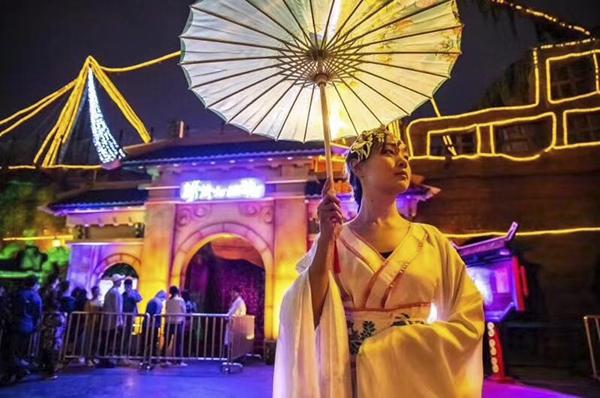 夜夜破胆_北京欢乐谷假面糖果节持续火爆 多元游乐带来全新体验_游客