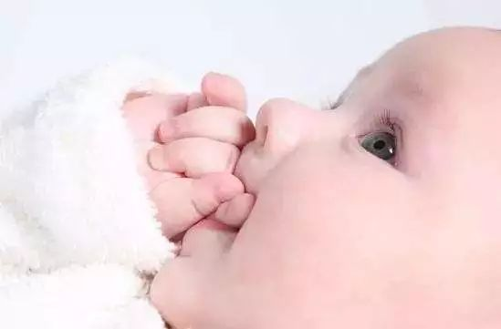婴儿惊厥的症状及原因是什么,睡觉频繁惊吓举手