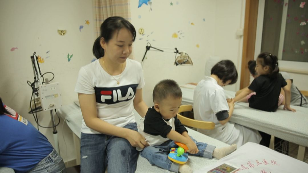 小儿腹泻高发季,多给宝宝补充水分,几招按摩方法送给各位家长